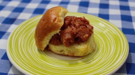 Mini sanduíche de linguiça suína