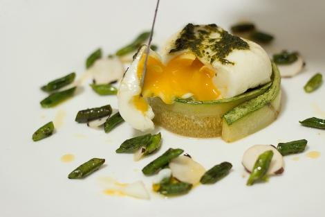 ovo poché com abobrinha e feijão verde